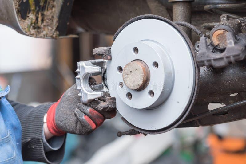 Freno de disco de la reparación - freno de mano, que se han substituido en el taller de reparaciones auto fotos de archivo