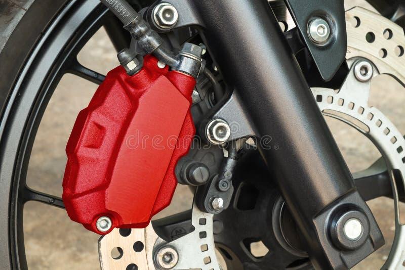 Freno de disco rojo famoso del calibrador de la motocicleta en Front Wheel, tecnología de alta calidad del vehículo del funcionam foto de archivo libre de regalías