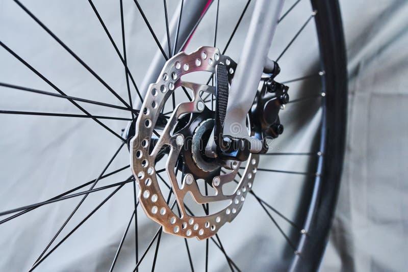 Freno de disco de rueda delantera de la bici del deporte fotografía de archivo libre de regalías