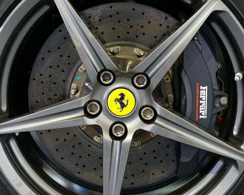 Freno del carbonio di Brembo su Ferrari F12 Berlinetta fotografia stock libera da diritti