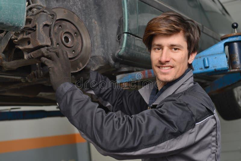 Frenos de la reparación del mecánico de coche foto de archivo libre de regalías