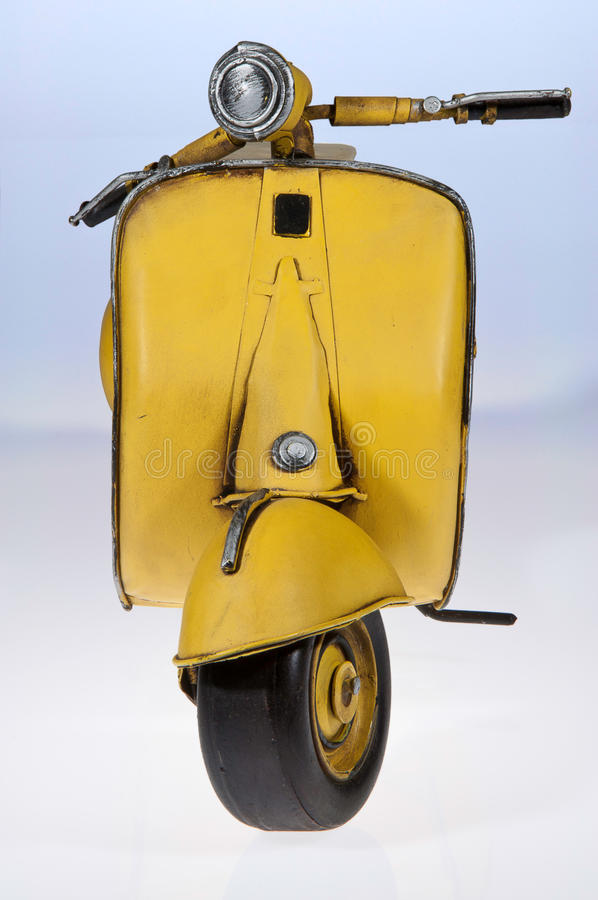 Frente amarillo de la vespa del Vespa fotos de archivo libres de regalías