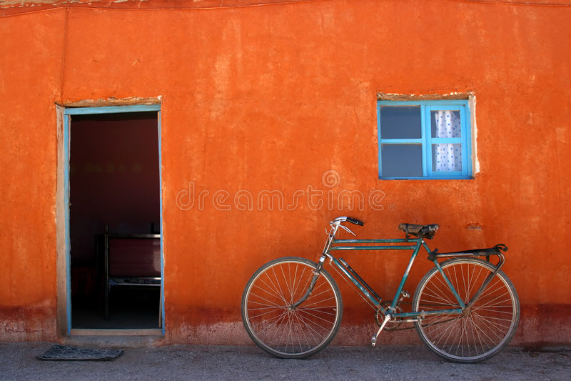 Frente colorido de la casa imagen de archivo
