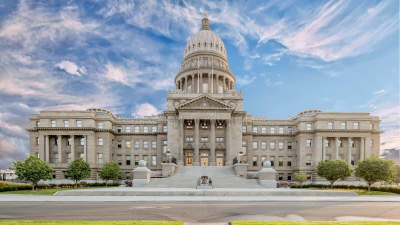Frente constructivo del capitol del estado de Idaho con la campana en una mañana nublada fotos de archivo