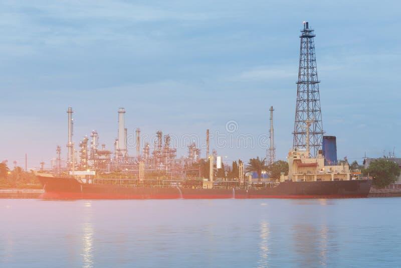 Frente crepuscular del río de la central eléctrica de la refinería de petróleo imagenes de archivo