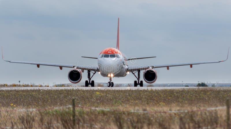 Frente de Airbus A320-214 - 5318, actuado por el easyJet foto de archivo