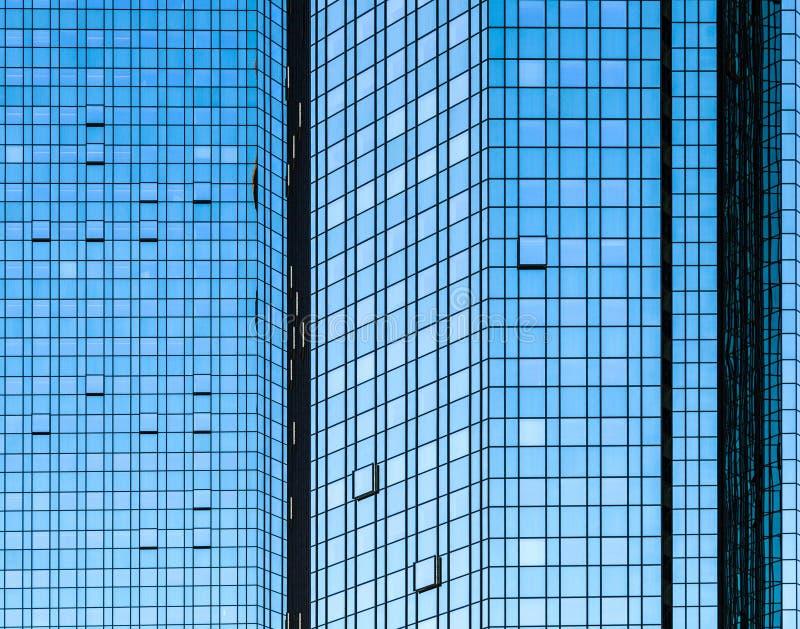 Frente de cristal de la fachada del rascacielos con reflexiones del sol fotos de archivo