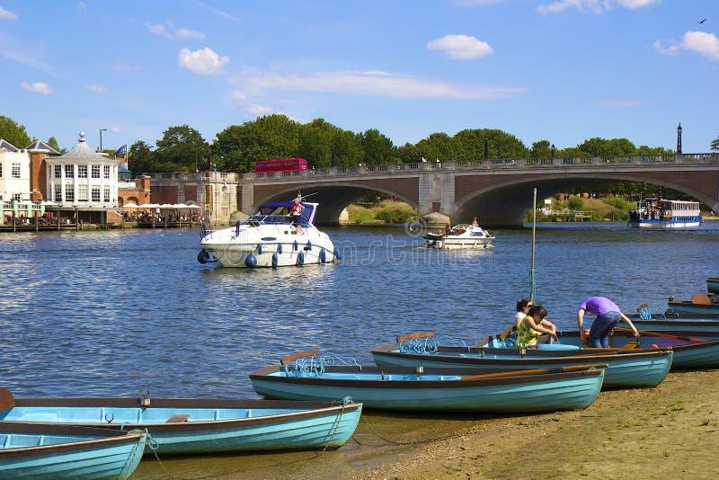 Frente de Hampton Court y del río Támesis imágenes de archivo libres de regalías