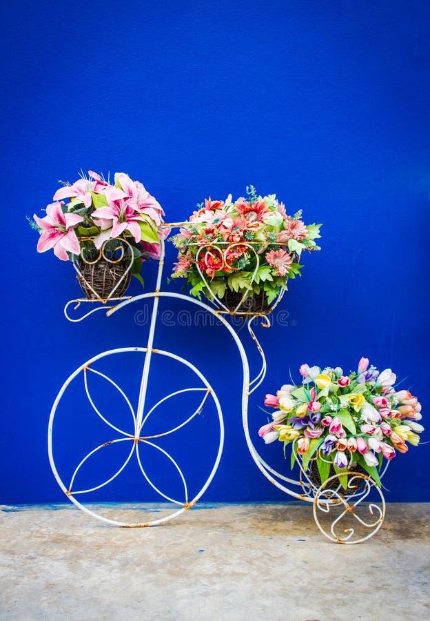 Frente de la bicicleta y de las flores del cuarto de baño, filtro del vintage foto de archivo libre de regalías