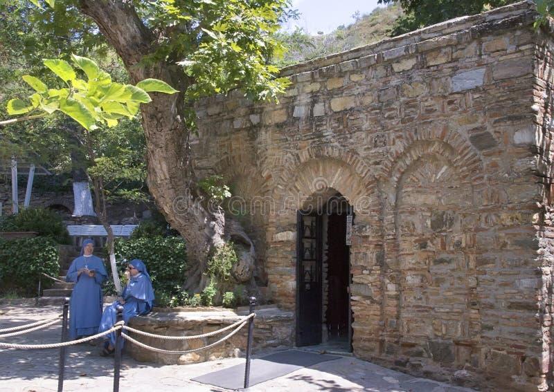 Frente de la casa de la Virgen María, con las monjas fotos de archivo