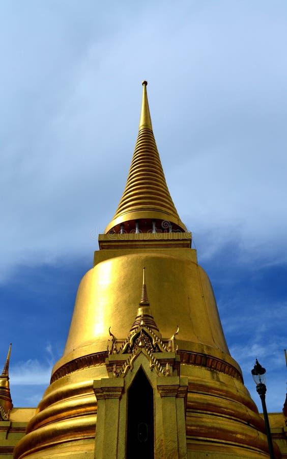 Frente de la pagoda de oro imagenes de archivo
