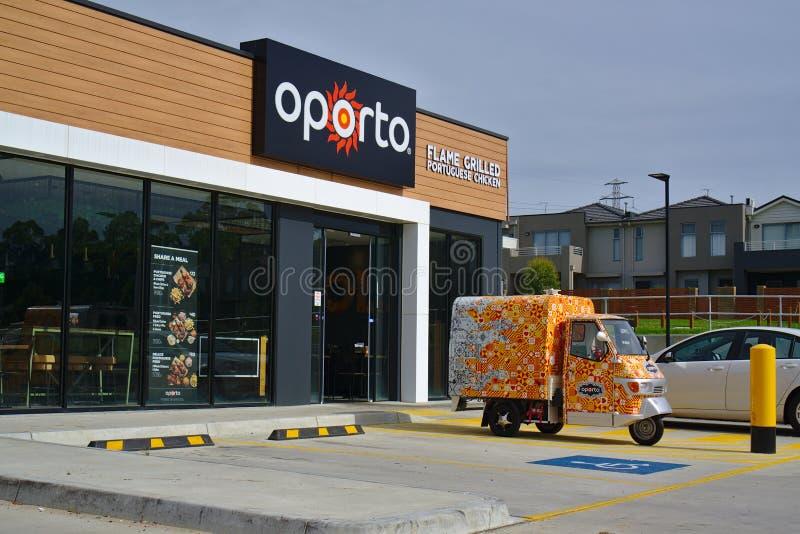 Frente de la tienda de Oporto y su vehículo de entrega imagenes de archivo
