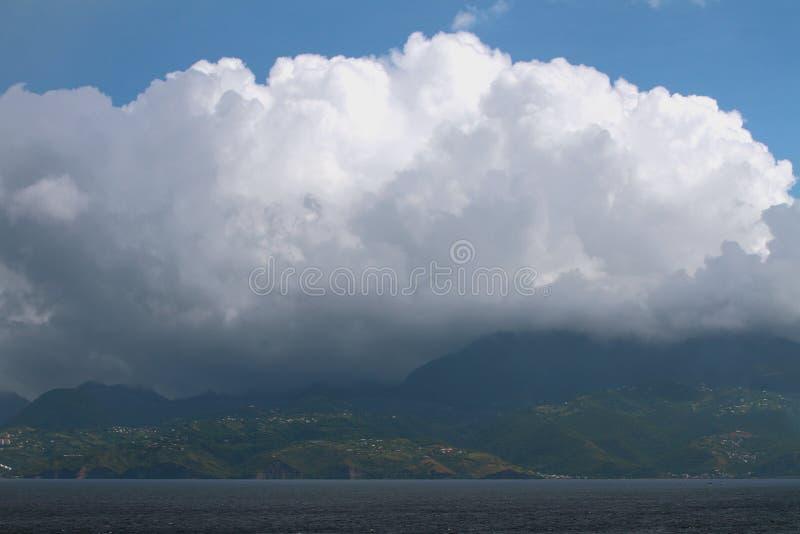 Frente de la tormenta sobre la isla tropical martinica foto de archivo