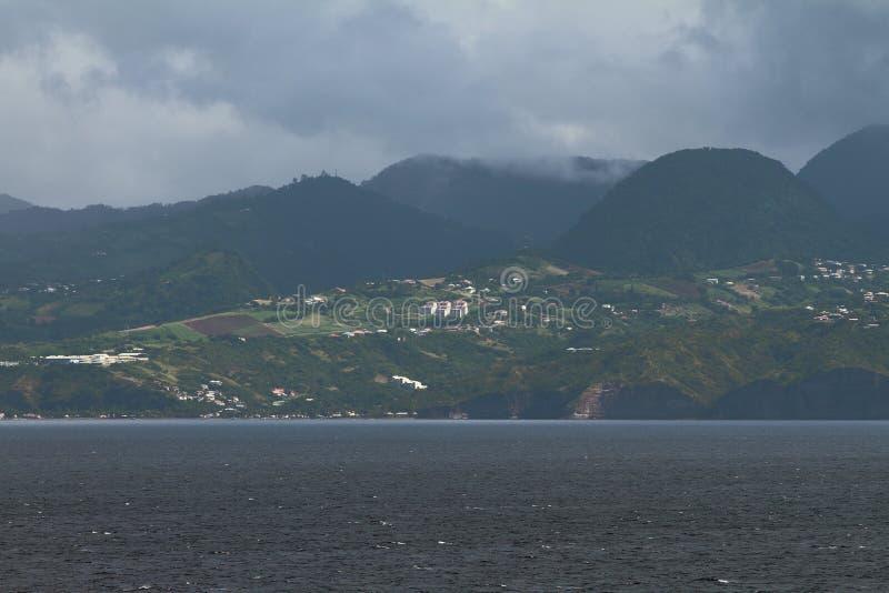 Frente de lluvia sobre la isla en el mar del Caribe martinica fotos de archivo