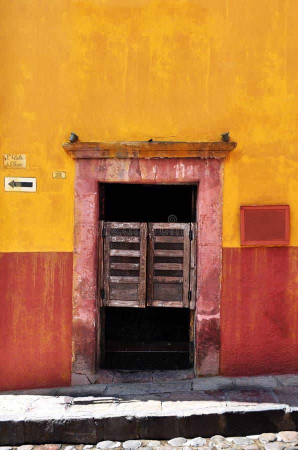Frente de un cantina mexicano viejo - barra fotografía de archivo