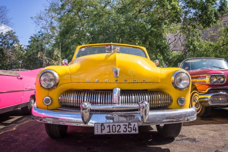 Frente de un coche clásico amarillo de Ford Mercury del americano fotografía de archivo libre de regalías