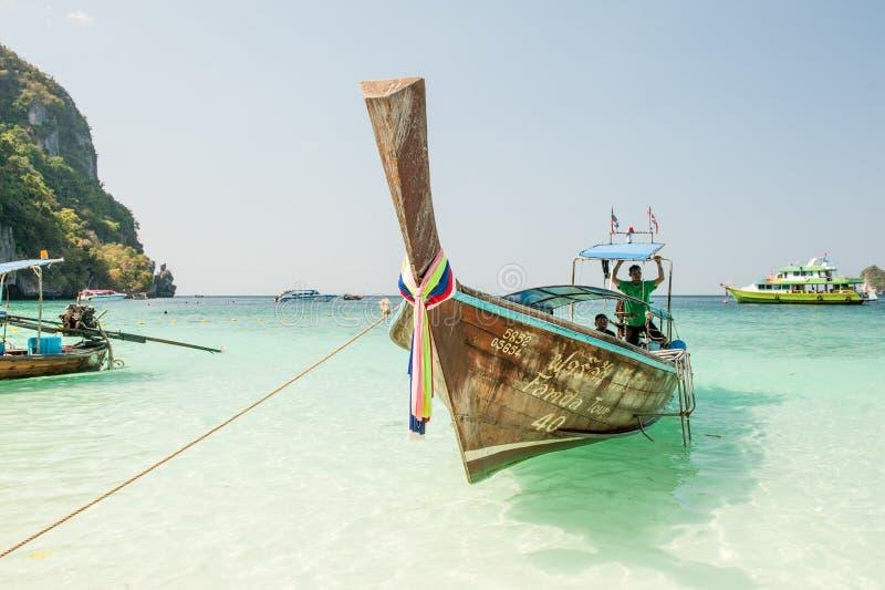 Frente del barco de la cola larga con los conductores Barco tradicional de la cola larga en el agua verde clara en el camino a la imagenes de archivo