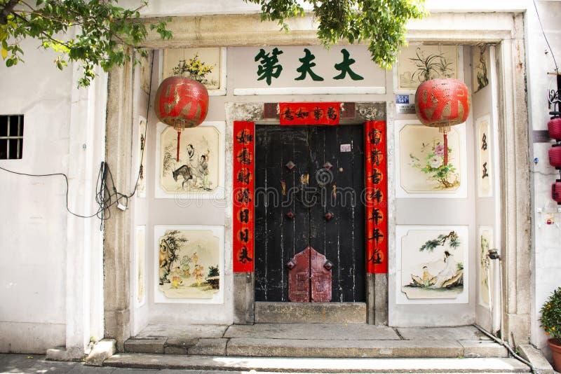 Frente del estilo chino de la casa con la puerta de madera retra y decoraci?n antigua de la pared y del vintage del hogar en ciud foto de archivo