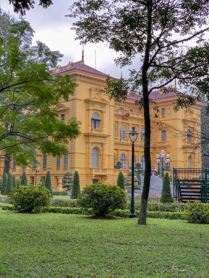 Frente del palacio presidencial en Ho Chi Minh Mausoleum Complex en Hanoi Vietnam imagenes de archivo