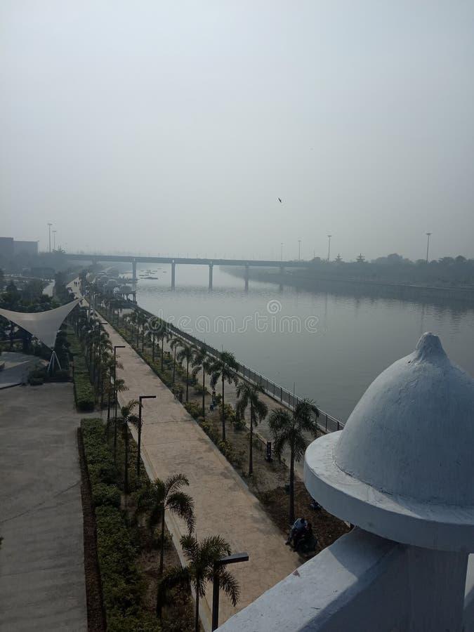 Frente del río Gomti en la ciudad de Lucknow en el río Gomti, India fotografía de archivo libre de regalías