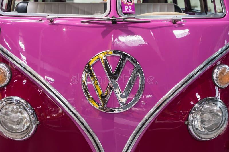 Frente del rosa del vintage y del autobús púrpura de Volkswagen fotos de archivo libres de regalías