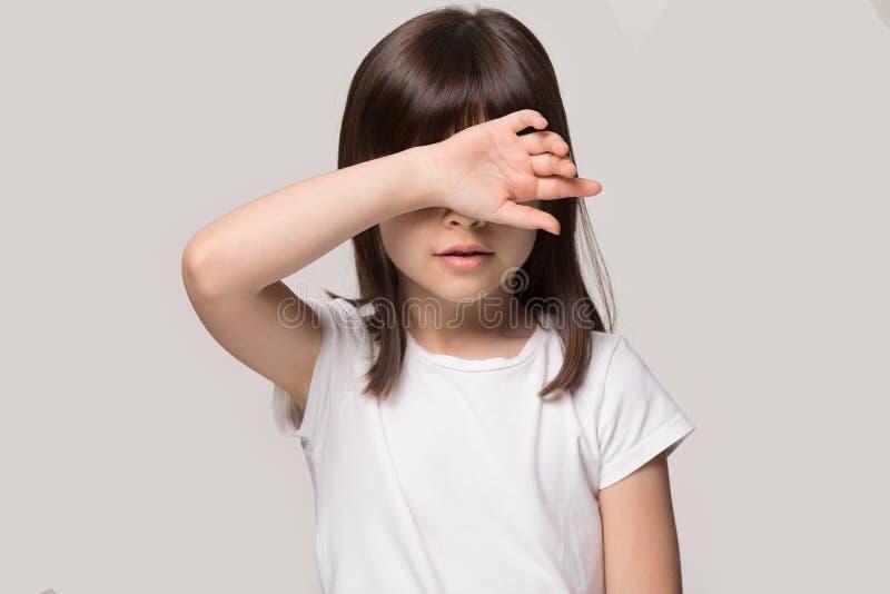 Frente del tacto de la niña con el tiro malsano del estudio de la sensación de la mano imagen de archivo