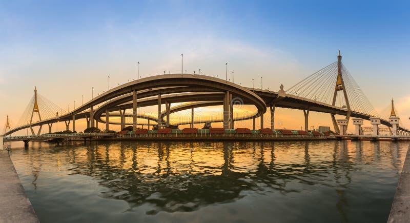 Frente gemelo del río de puente colgante del panorama con la reflexión durante puesta del sol fotos de archivo