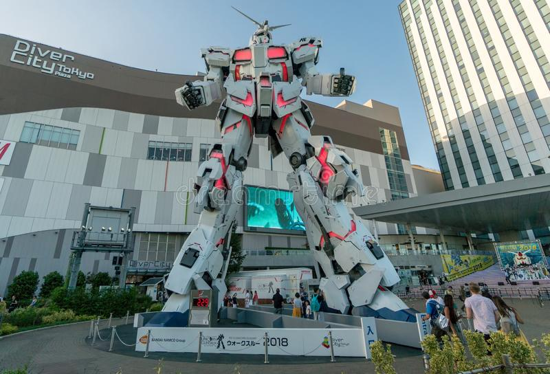 Frente permanente de tamaño natural de la estatua de Unicorn Gundam de la plaza Tokio de la ciudad del buceador en Odaiba imagen de archivo