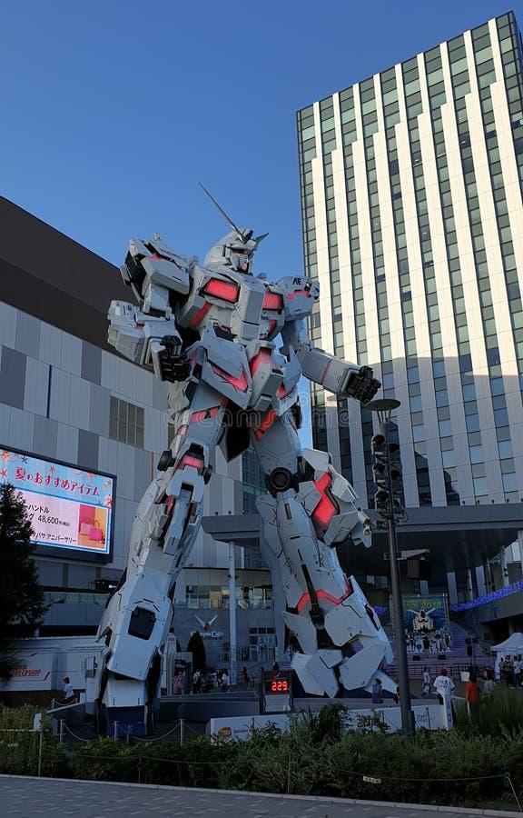 Frente permanente de tamaño natural de la estatua de Unicorn Gundam de la plaza Tokio de la ciudad del buceador en Odaiba fotografía de archivo libre de regalías