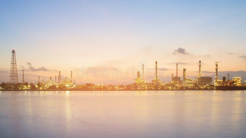 Frente petroquímico del río de la refinería del panorama en el crepúsculo foto de archivo libre de regalías