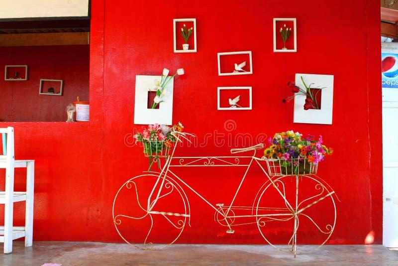 Frente que parquea de la bicicleta de la pared roja imagen de archivo