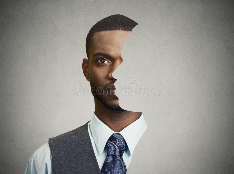 Frente surrealista del retrato con perfil cortado de un hombre joven imagenes de archivo