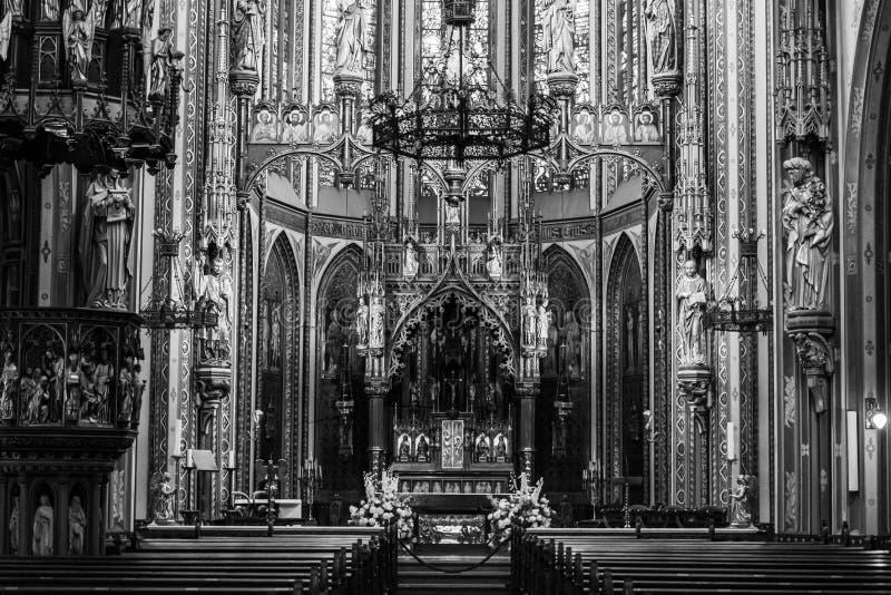 Frente a una iglesia gótica interior imágenes de archivo libres de regalías