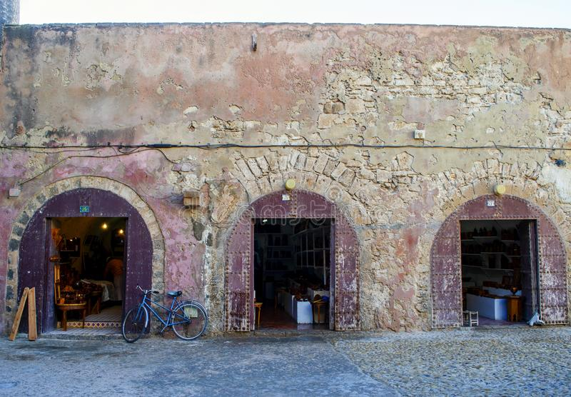 Frentes de antigas lojas com bicicleta em Essaouira, Marrocos imagens de stock royalty free