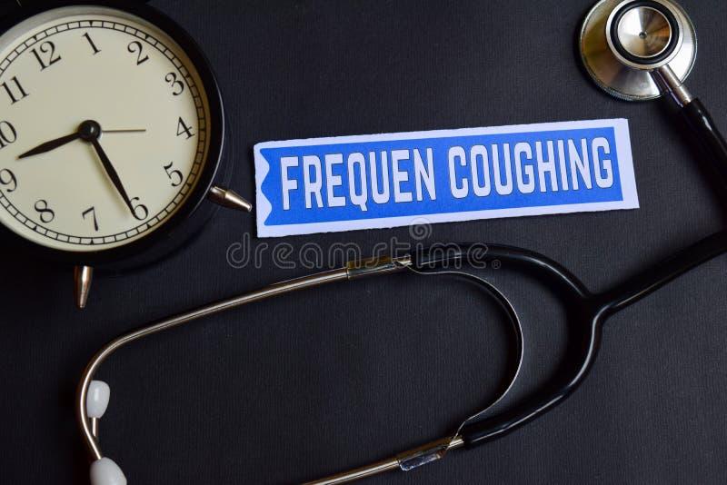 Frequen, das auf dem Papier mit Gesundheitswesen-Konzept-Inspiration hustet Wecker, schwarzes Stethoskop stockfotografie