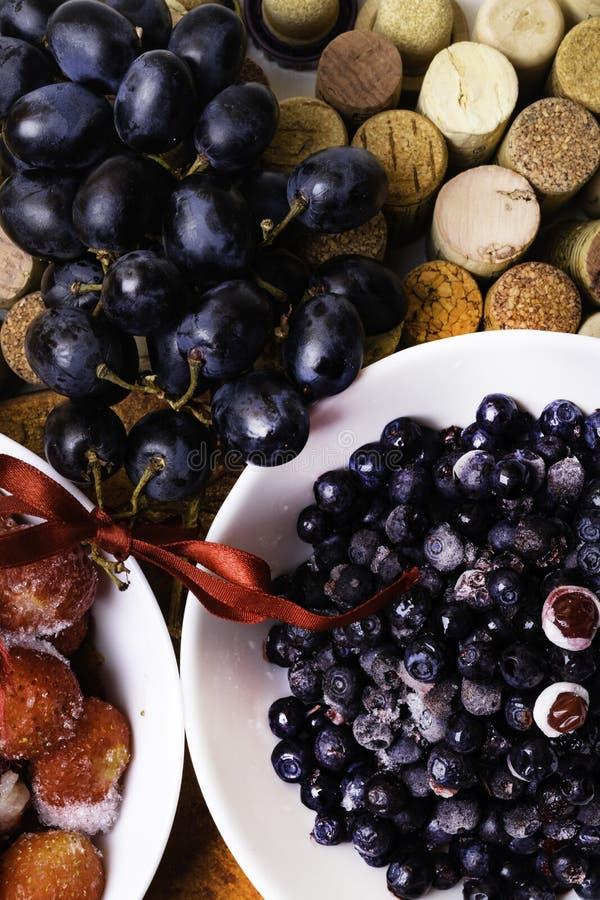 fresa, arándano, uva en corchos del vino fotos de archivo libres de regalías