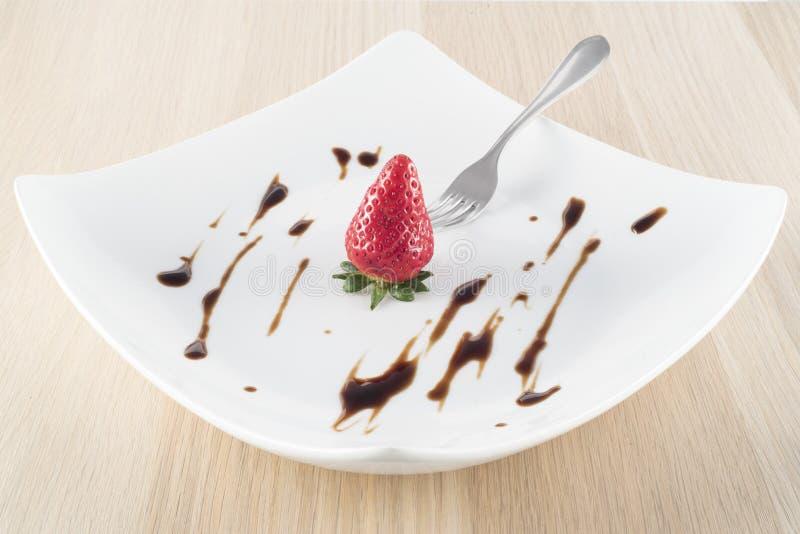 Fresa con vinagre balsámico en la placa blanca fotografía de archivo libre de regalías