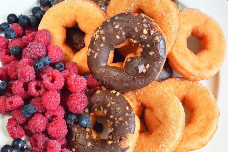 Fresa de la comida de las bayas de la fruta de los productos de la panadería de las frambuesas de los anillos de espuma foto de archivo libre de regalías