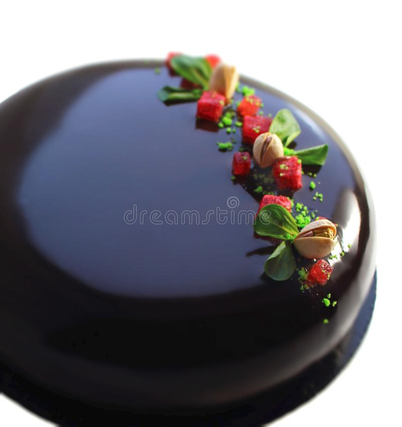 Fresa de la primavera y torta de chocolate coloridas del pistacho con el esmalte del espejo, la jalea de la fresa y los pistachos fotos de archivo