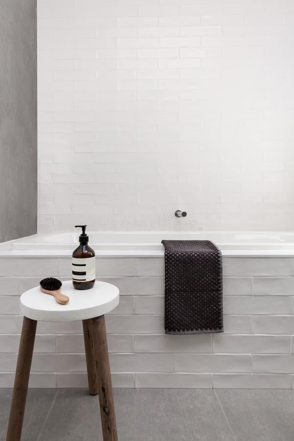 Fresa e panchetto bianchi del bagno con il bagno della stazione termale di giorno del sapone immagini stock