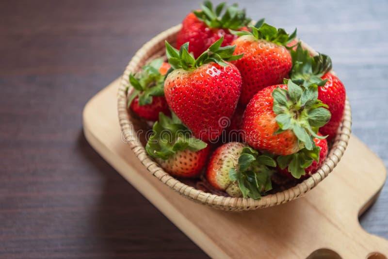 Fresa en cesta en la tabla de madera Concepto de la fruta y verdura Bocado de la frescura y calorías bajas para adietar con un mo foto de archivo libre de regalías