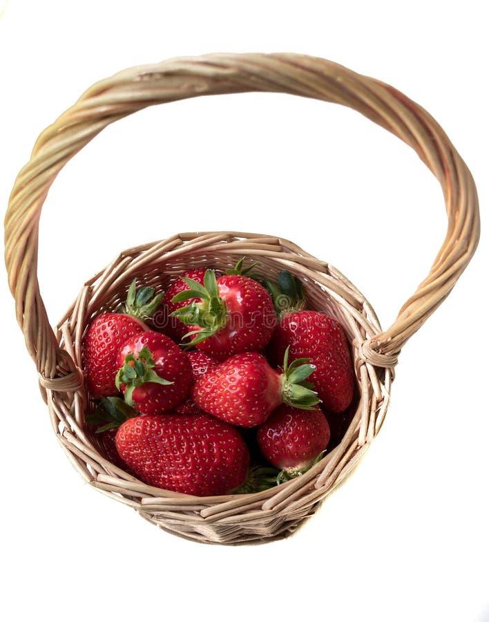 Fresa en una cesta en un fondo blanco fotografía de archivo libre de regalías