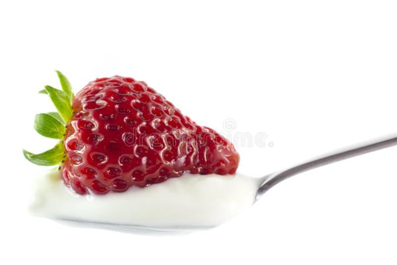 Fresa en una cuchara del yogur foto de archivo libre de regalías