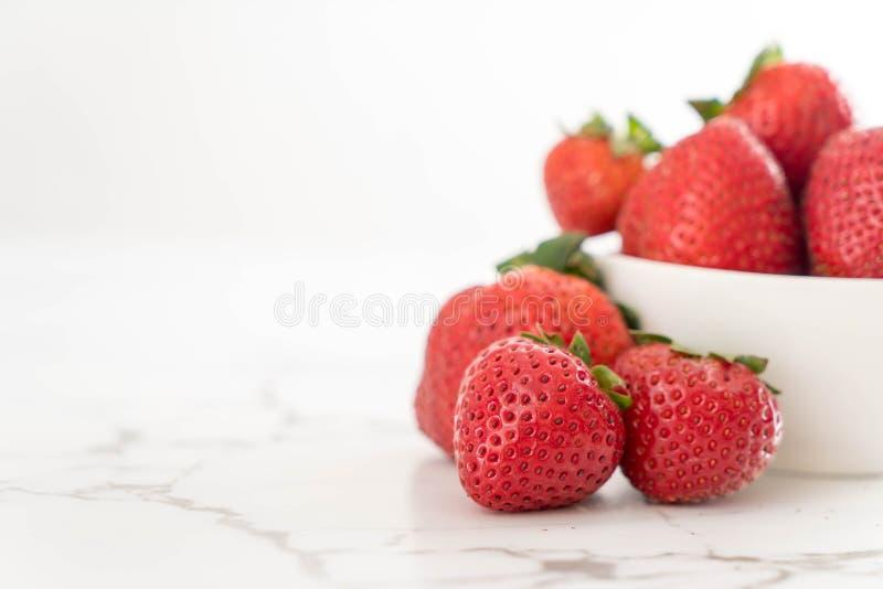 fresa fresca en la tabla fotos de archivo