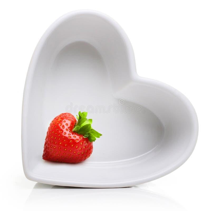 Fresa roja de la baya en placa de la forma del corazón imágenes de archivo libres de regalías