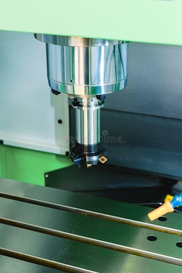 Fresadora de alta precisión moderna del CNC del eje fotografía de archivo