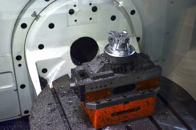 Fresadora del CNC durante la operaci?n fotografía de archivo
