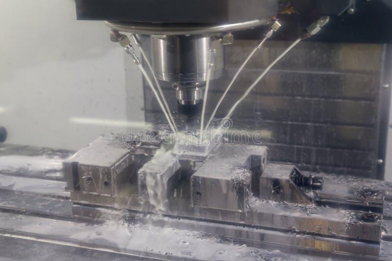 Fresadora del CNC que corta la pieza del moldeo por inyección del metal con la herramienta sólida del endmill de la bola foto de archivo