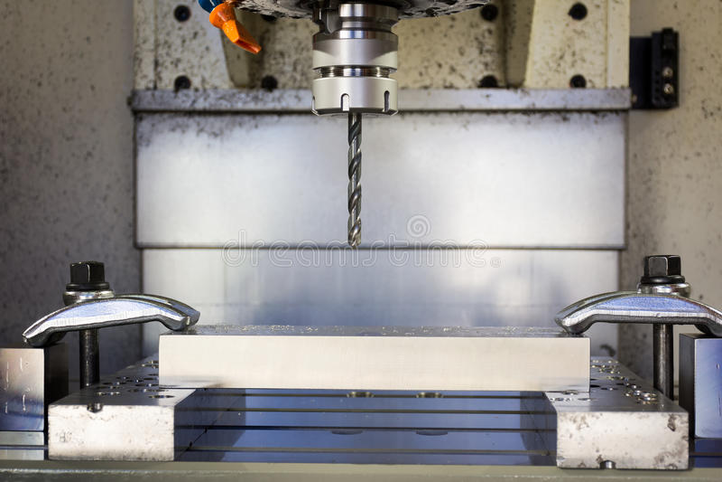Fresadora metalúrgica del CNC Proceso moderno del metal del corte imagen de archivo libre de regalías