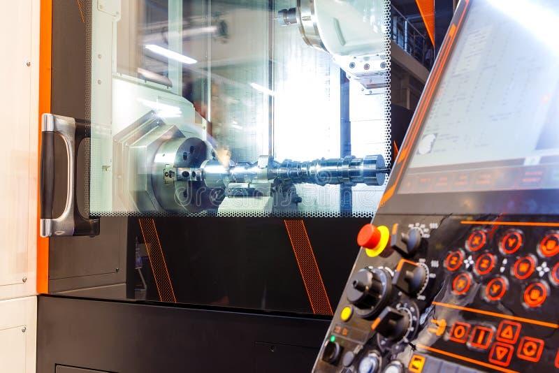 Fresadora metalúrgica del CNC Tecnología de proceso moderna del metal del corte Pequeña profundidad del campo Advertencia - autén fotografía de archivo
